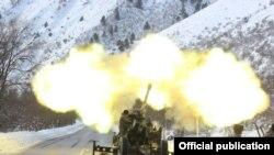 Бишкек-Ош жолунда кар көчкүнү атып түшүрүү. 17-январь, 2018-жыл. ӨКМ тараткан сүрөт.