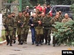 Пророссийские сепаратисты идут по Донецку. 21 октября 2014 года.