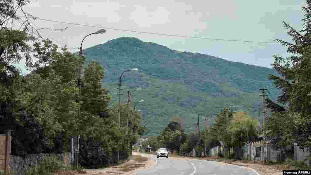 Село Орлине «притискається» до північно-західних схилів південної гряди Кримських гір