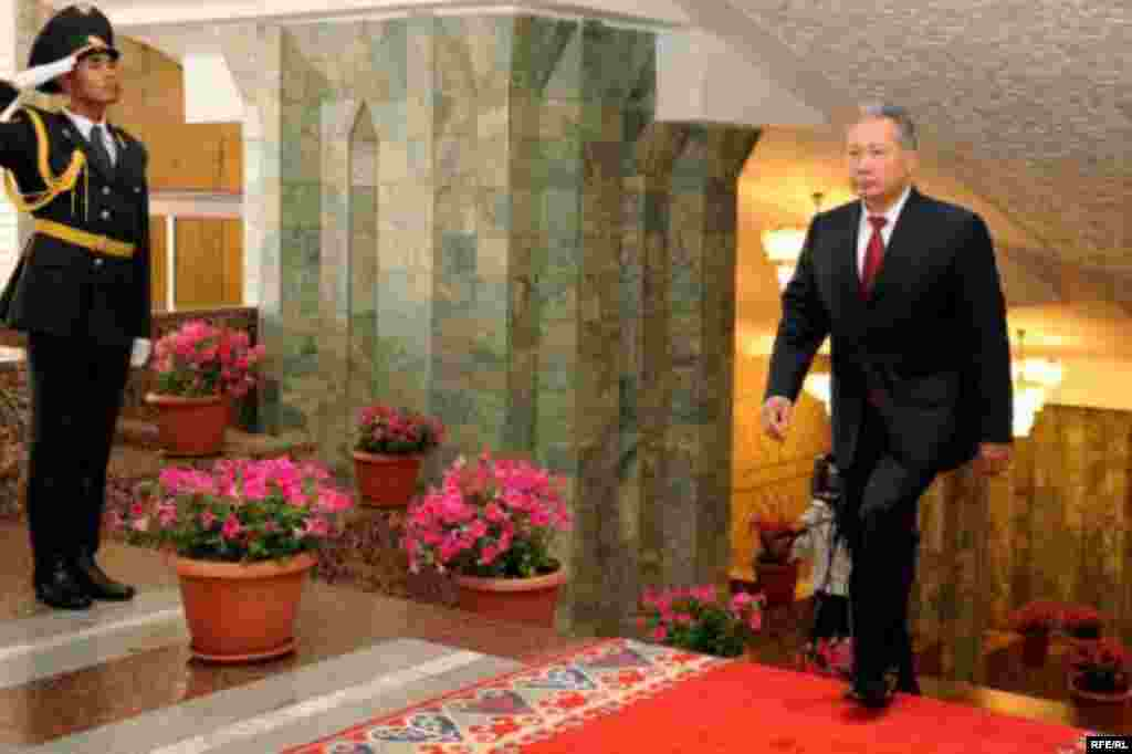 Президент Курманбек Бакиев салтанат менен Өкмөт үйүнө келди. - Kyrgyzstan - Presidential Inauguration ceremony in Bishkek. 02Aug2009