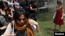 Stambul şäheriniň Taksim meýdanynda howpsuzlyk güýçleri protestçileriň garşysyna göz ýaşardyjy gazlary we ajy sepiji serişdeleri ulanýarlar. 28-nji maý, 2013 ý.
