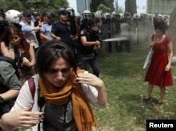 Турецкие полицейские применяют слезоточивый газ против участников антиправительственных протестов. Стамбул, 28 мая 2013 года.