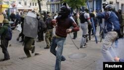 Одесса, 2 мая 2014: пророссийские активисты забрасывают камнями украинских активистов