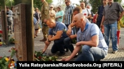 Учасники акції покладають квіти до меморіалу загиблим