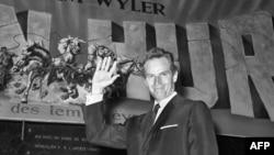 """Чарлтон Хестон на фоне афиши фильма """"Бен-Гур"""". 1960"""