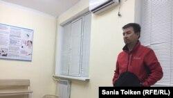 Марат Жусипбаев, председатель профсоюзной организации управления буровых работ, в больнице Актау в ожидании новостей о состоянии Максата Досмагамбетова. 28 сентября 2018 года.