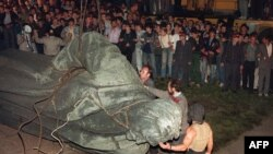 1991, avqust. Kütlə DTK-nın qurucusu Feliks Dzerjinskinin heykəlini belə yıxmışdı