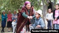 Бала сүндет тойында отыр. Қырғызстан, 14 қыркүйек 2011 жыл. (Көрнекі сурет)