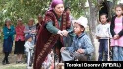 Жители Баткенской области в Кыргызстане празднуют сундет той - торжество по случаю обрезания мальчика. 14 сентября 2011 года. Иллюстративное фото.