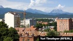 На последних президентских и парламентских выборах югоосетинские власти не стали открывать избирательные участки в Северной Осетии, объясняя это отсутствием в республике диппредставительства. Это при том, что многие южные осетины живут и работают в Северной Осетии
