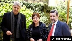 شعرای یونانی حاضر در جشنواره نویسندگان پراگ، ۲۰۱۱: (از چپ) دیونیسیس کاپسالیس، آتنا پاپاداکی، و کنستانتین کوکوسیس