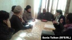 Родственники погибших и пострадавшие во время Жанаозенских событий 2011 года - на встрече со спецдокладчиком ООН Майной Киаи (в центре). Жанаозен, 24 января 2015 года.