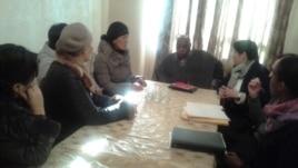 Родственники погибших и пострадавшие во время Жанаозенских событий 2011 года - на встрече со спецдокладчиком ООН Майна Киаи (в центре). Жанаозен, 24 января 2015 года.