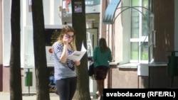 Мінакі на вуліцы Ленінскай знаёмяцца са зьместам газэты