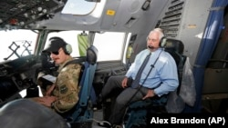 Rex Tillerson la bordul unui avion C-17 în zbor spre baza aeriană de la Bagram, 23 octombrie 2017.