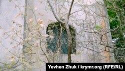За этим окошком на тыльной стороне храма – превращенный в туалет алтарь