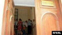 Gen MMC-nin zərərçəkənləri Bakı şəhər İcra Hakimiyyətinin qəbul otağında çoxsaylı şikayətlərdən birində. 29 avqust 2008