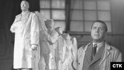 Чех мүсіншісі Отакар Швец (оң жақта) өз туындысы - Сталин мүсіні жанында тұр. Чехословакия, 1953 жыл.