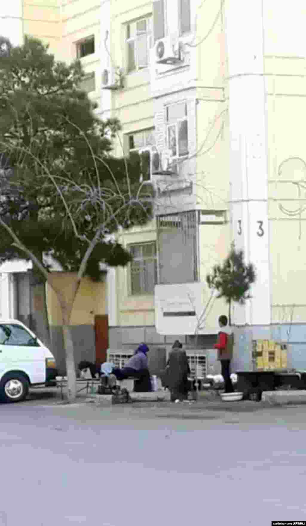 Во дворе жилого дома, микрорайон Мир-2, Ашхабад