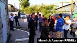 Активисты у алматинского спецприемника, прибывшие на апелляцию Геннадия Крестьянского на постановление об административном аресте. Алматы, 25 сентября 2019 года.