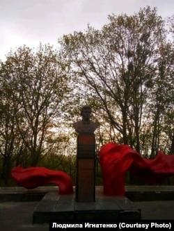 İvankovo qasabasında ilk likvidatorlardan birisi Viktor Kibenkonıñ abidesi