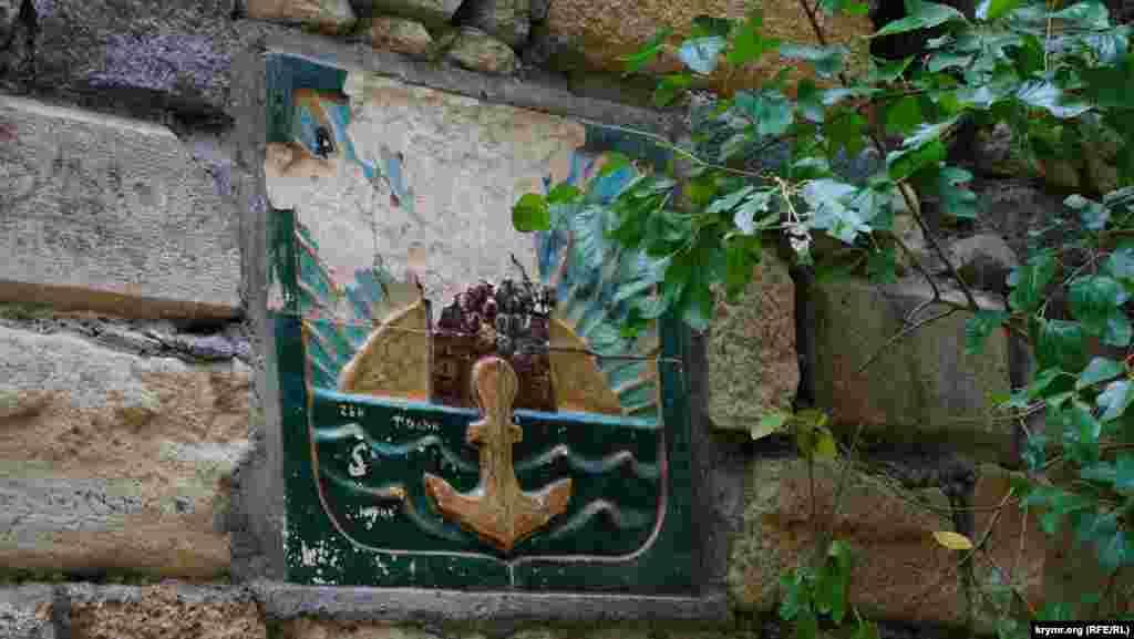 Эмблема города в «античном» уголке Комсомольского парка тоже нуждается в реставрации