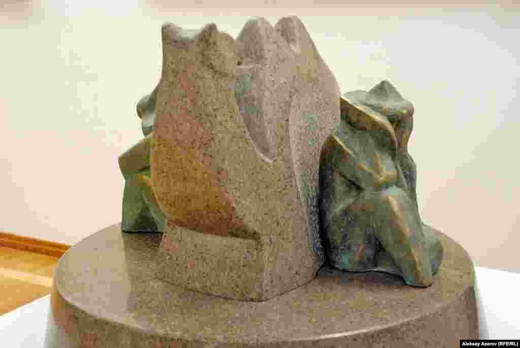 Когда в степи кочевники попадают в пургу, верблюд может служить в качестве укрытия.Эта скульптура передает такую ситуацию и называется «Укрытие».