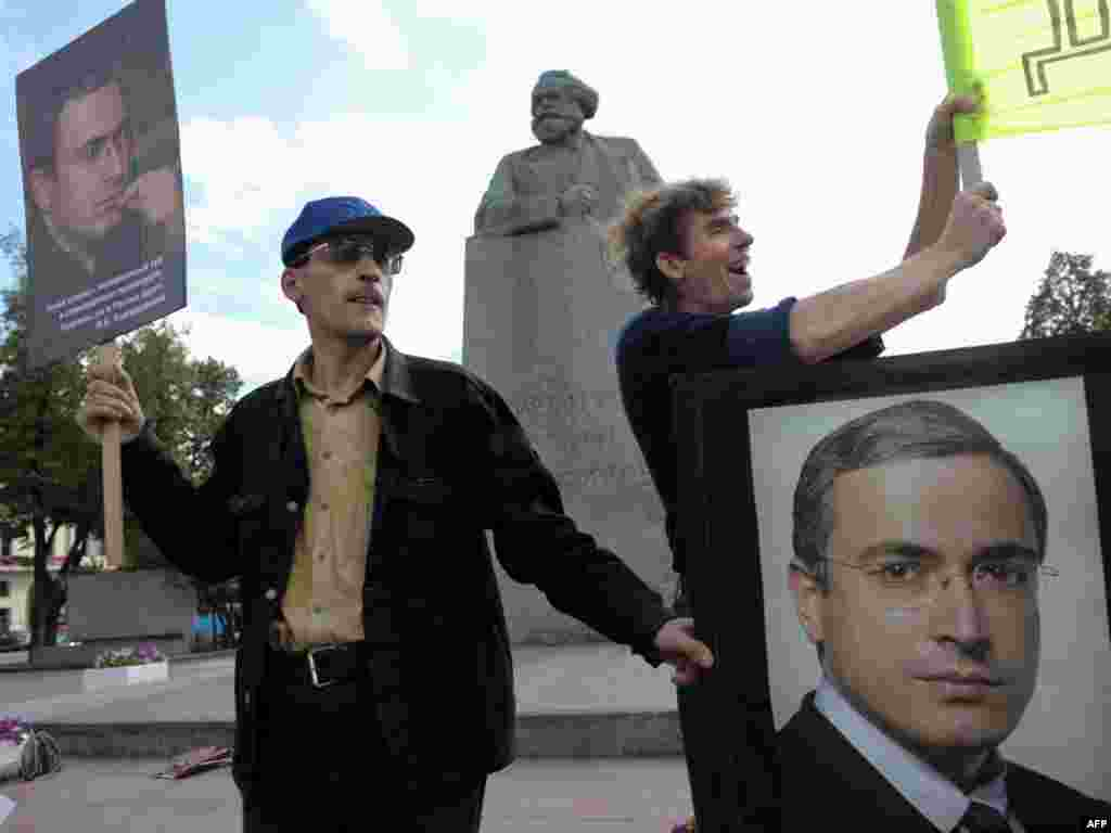 Supporters rally on August 27, 2009, as prosecutors presented new charges against Khodorkovsky.