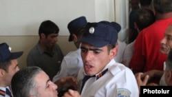 Судебные приставы в суде общей юрисдикции Котайкской области пытаются успокоить родственников Ваана Халафяна и подсудимых. Раздан, 27 июля 2010 г.