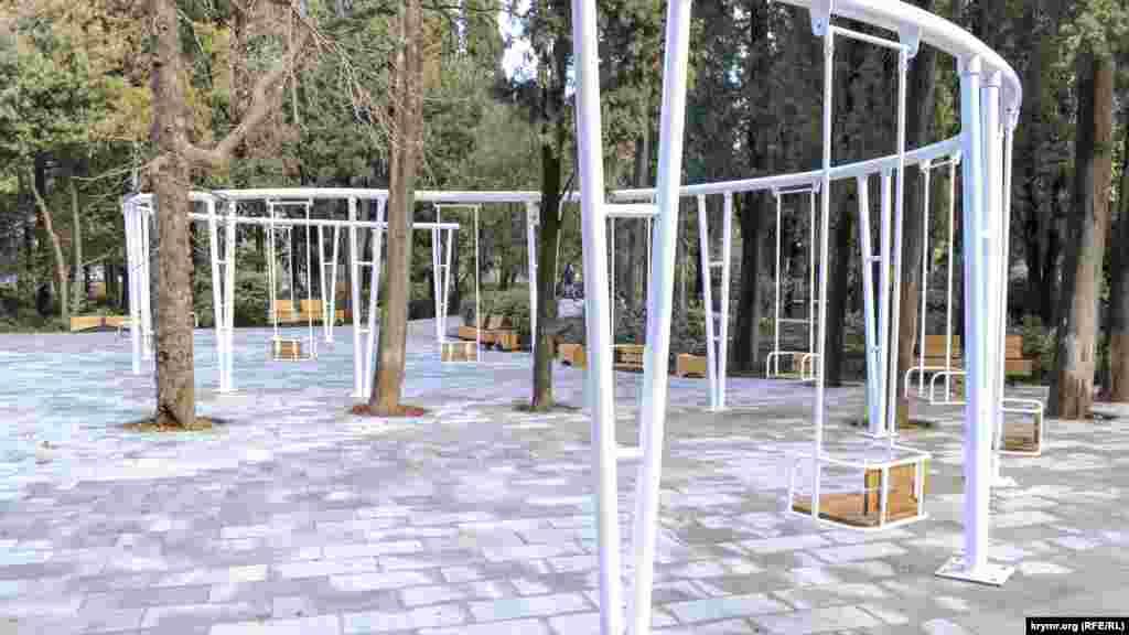 Такими качели в парке были раньше – с жесткими сиденьями и подвеской