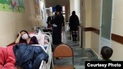 Больные дети, лежащие вместе со своими матерями в коридоре детской городской больницы №1 в Юнусабадском районе города Ташкента.