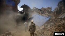 Поиск пострадавших и погибших под развалинами здания в города Бхактапур, Непал