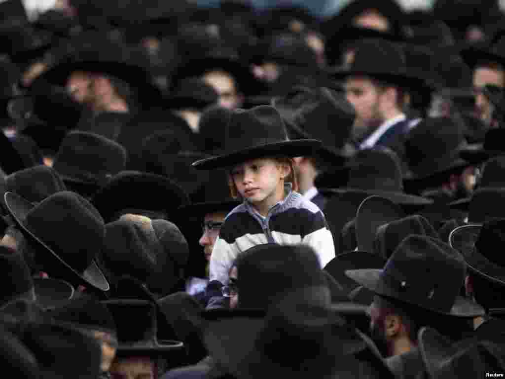 Evrei ultra-ortodocşi la înmormântarea rabinului Natan Tzvi Finkel în cartierul Mea Shearim din Ierusalim. (Foto: Nir Elias pentru Reuter)