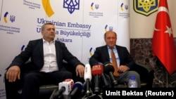 Ахтем Чийгоз та Ільмі Умеров під час прес-конференції в українському посольстві в Анкарі, жовтень 2017 року