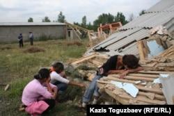 Проживавшая в поселке Бакай женщина рыдает на развалинах своего дома. Алматы, 7 июля 2006 года.