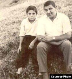 Yazıçı Aqil Abbas (solda)