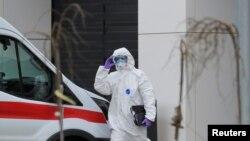 Медик в защитном костюме у больницы для пациентов с COVID-19 за пределами Москвы. 19 марта 2020 года.