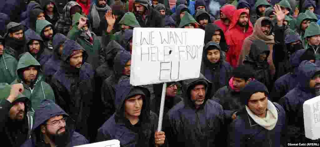 """""""Бараме помош од ЕУ"""", е една од пораките на луѓето сместени во кампот Липа."""