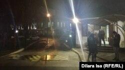 Люди у здания департамента полиции в Шымкенте.