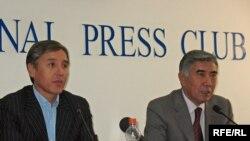 Лидеры оппозиции Болат Абилов и Жармахан Туякбай на пресс-конференции. Алматы, 16 сентября 2009 года.