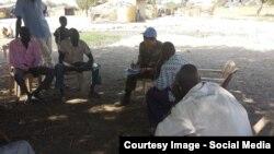 Военные наблюдатели на встрече с представителями местной власти.