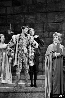 نمایش «لورنزاچیو» به کارگردانی زفیرلی، با بازی کلود ریش و ژان-لوک بوته در پاریس