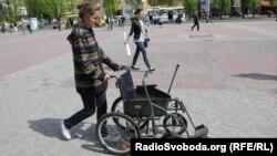 Ілюстраційне фото. Черкаські журналісти та громадські діячі прожили «годину з інвалідністю», Черкаси, 29 квітня 2013 року