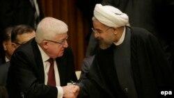 الرئيسان العراقي والإيراني فؤاد معصوم وحسن روحاني يتصافحان بمقر الأمم المتحدة في نيويورك