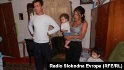 Драган и Благородна Димитриевски со нивните две деца.