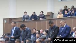 Сотрудники министерства по делам культуры и спорта Узбекистана выслушивают оскорбления в свой адрес с опущенными головами.