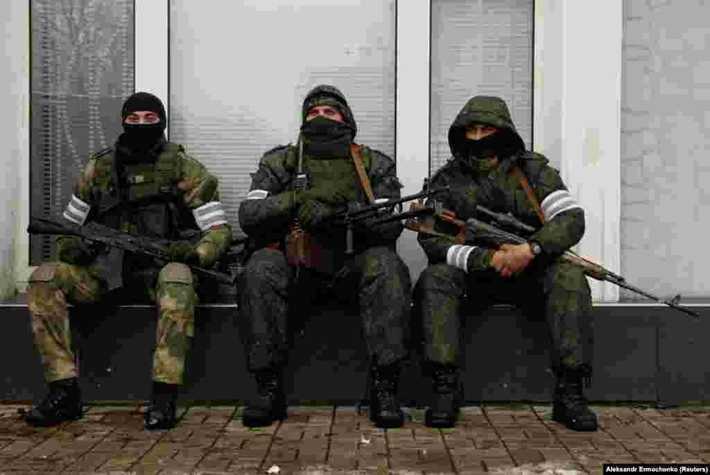 «Зелені чоловічки» в центрі Луганська, 22 листопада 2017 року Протягом вівторка в окупованому Луганську відбуваються не до кінця зрозумілі події. У частинах міста патрулюють озброєні люди. За повідомленнями, йдеться про конфлікт між ватажком угруповання «ЛНР» Ігорем Плотницьким і так званим «міністром внутрішніх справ» у цьому угрупованні Ігорем Корнетом, що почався 21 листопада. Від імені першого повідомили про усунення другого з посади, від імені другого запевнили, що все лишається по-старому. БІЛЬШЕ ПРО ЦЕ