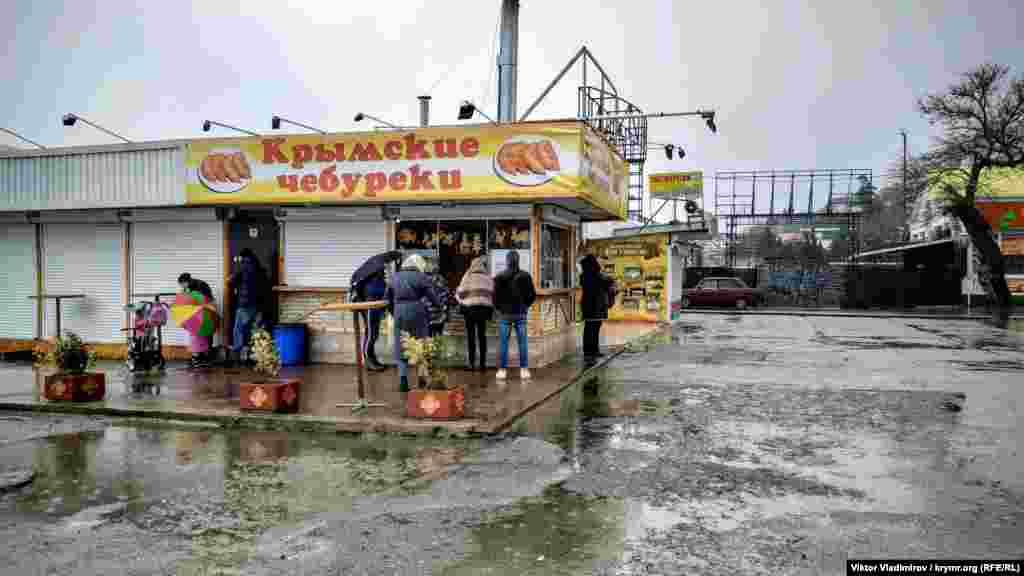 Ларек с чебуреками ‒ самое популярное место на набережной Алушты в такую погоду