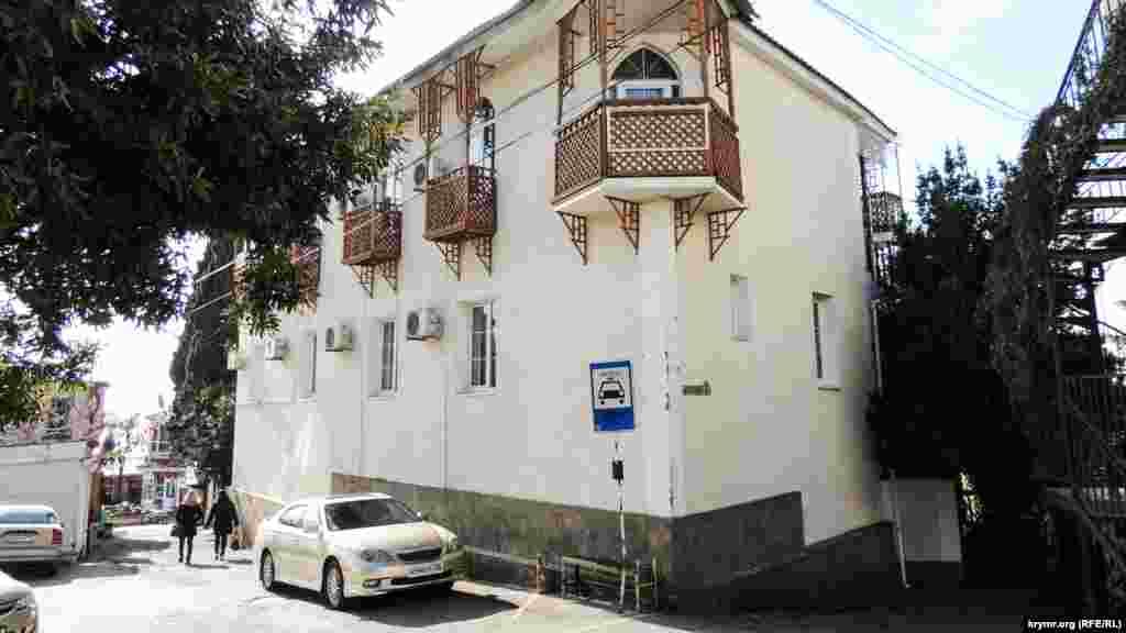 Вузькі вулички Гурзуфа, унікальна архітектура будівель і різьблені балкони нагадують про давню історію цього кримського селища