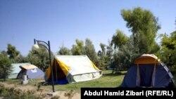 سياح في خيم بمتنزه في أربيل